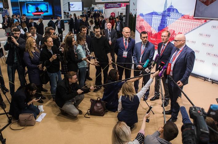 На экспозиционном стенде  ФГУП «ЭПМ» ФМБА России были представлены действующие образцы передвижных медицинских комплексов и медицинского оборудования.